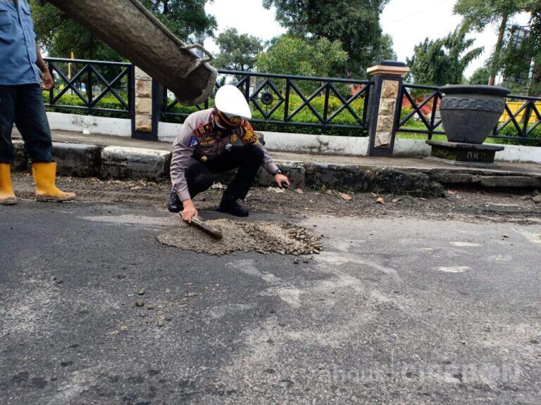 Kurangi Angka Kecelakaan, Satlantas Polres Ciko Tambal Jalan Berlubang