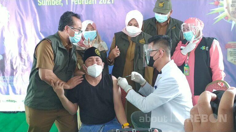 Sedikit Takut Jarum Suntik, Ustadz Ujang Bustomi Terima Vaksin Covid-19
