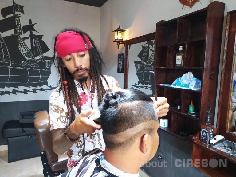 Mirip Jack Sparrow, Pria Asal Cirebon ini Buka Usaha Barbershop