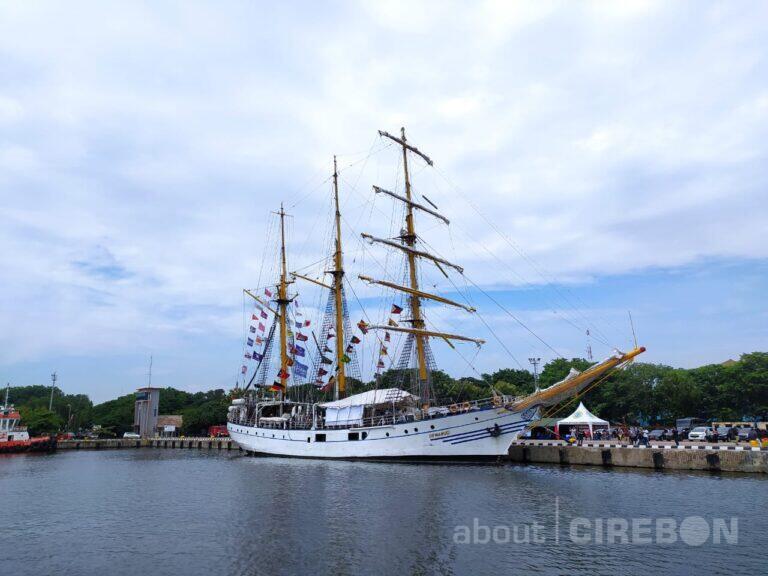 Kapal Legendaris KRI Dewaruci Singgah di Pelabuhan Cirebon