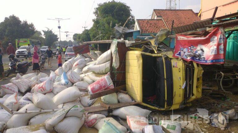 Hindari Motor, Truk Gabah Tabrak Tiga Rumah di Kapetakan