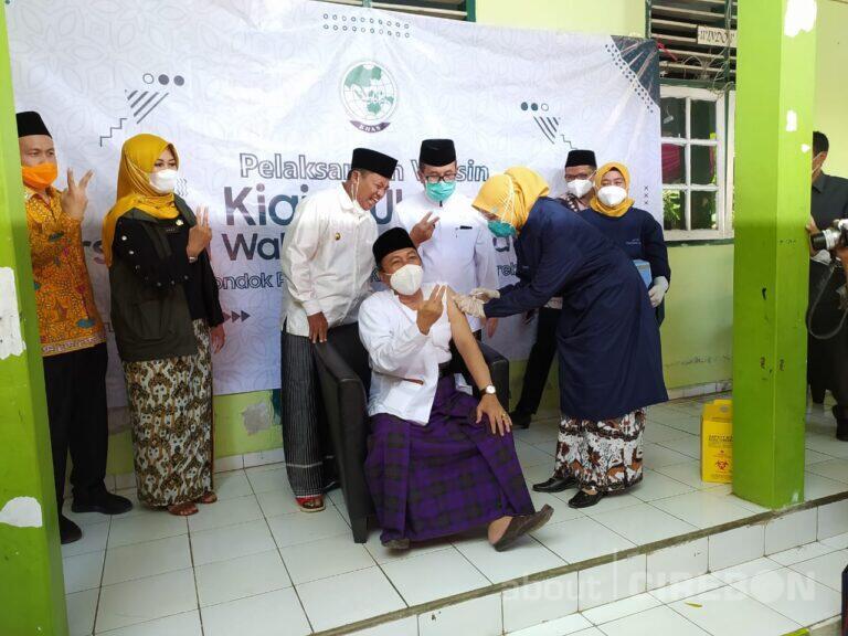 Ratusan Kiai dan Ulama di Ponpes Kempek Cirebon Jalani Vaksinasi