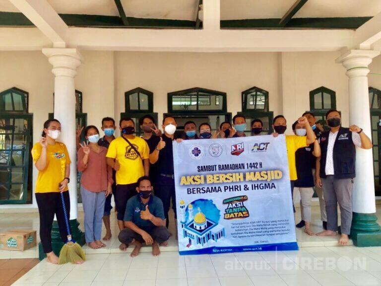 Sambut Ramadan, Insan Perhotelan di Cirebon Lakukan Bersih-bersih Masjid
