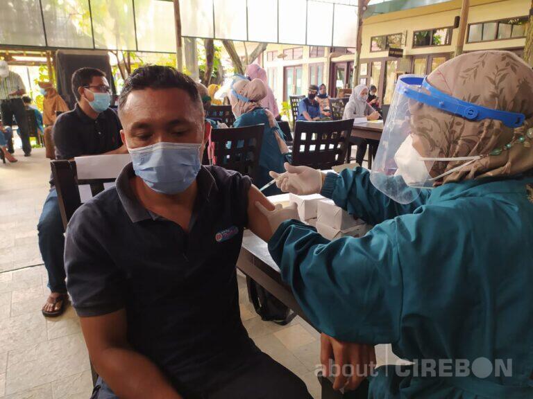 Karyawan Showroom Batik di Cirebon Jalani Vaksinasi Dosis Pertama 