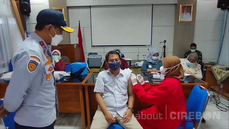 Ratusan Pengemudi Angkot dan Online di Kota Cirebon Jalani Vaksinasi