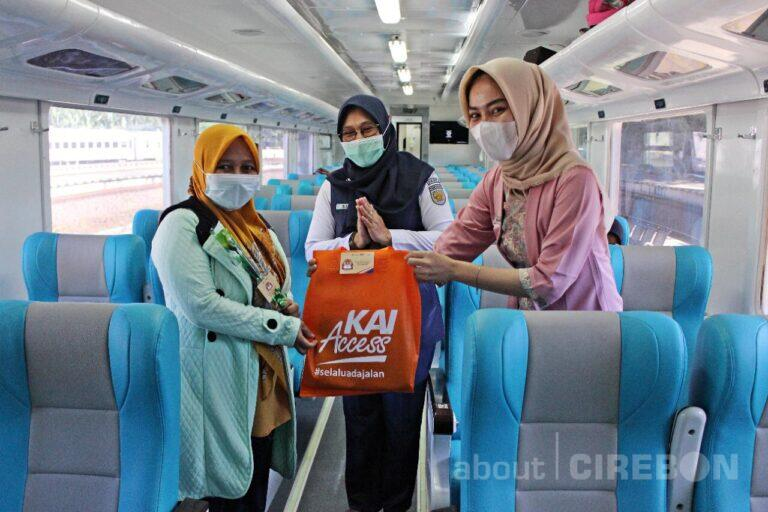 Hari Kartini, PT KAI Daop 3 Cirebon Bagi – Bagi Souvenir Gratis