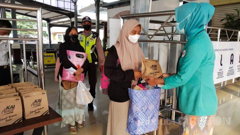 Daop 3 Cirebon Hadirkan Program Pembagian Takjil dan Imbauan Prokes Kepada Penumpang