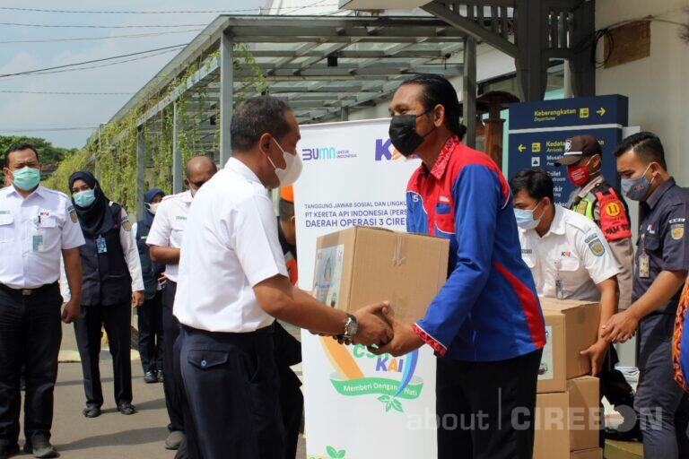 Daop 3 Cirebon Berikan Bantuan Untuk Porter Stasiun