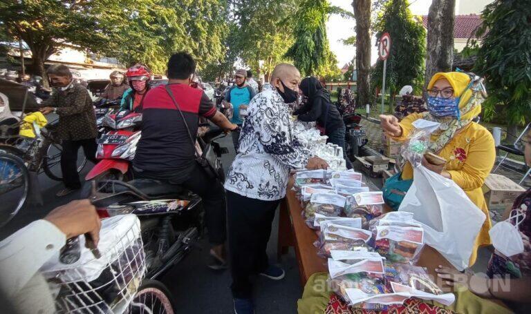 Serentak, PGRI Kota Cirebon Bagikan 3000 Takjil dan Nasi Kotak di 4 Kecamatan