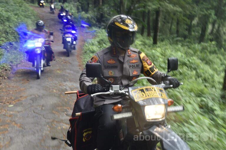 Antar Sembako Gunakan Motor Trail, Polresta Cirebon Bantu Masyarakat di Daerah Terpencil