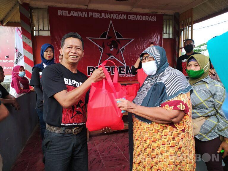 Usai Dapatkan Mandat, DPC Repdem Kota Cirebon Bagikan Paket Sembako