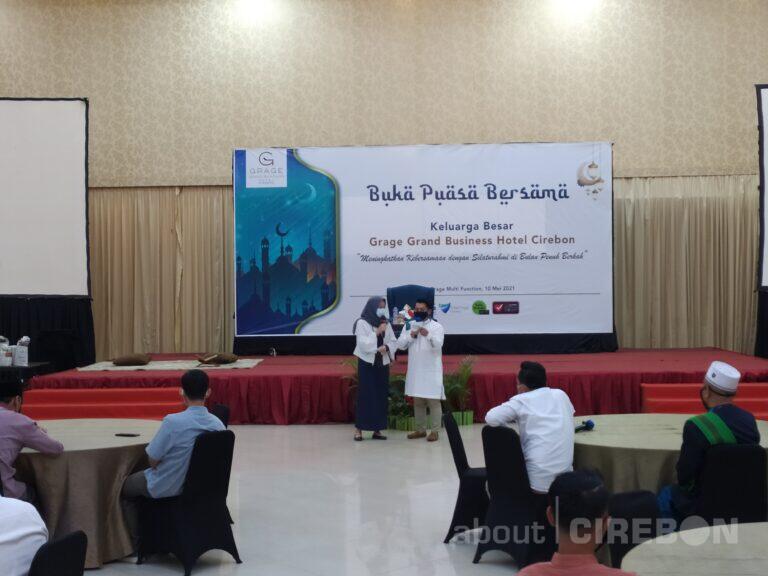 Pererat Silaturahmi, Karyawan Grage Hotel Cirebon Gelar Buka Bersama Hingga Bertukar Kado