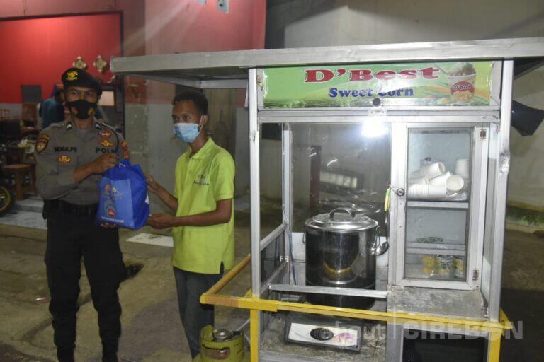 Diberi Bantuan Sembako, PKL Bahagia Terjaring Patroli PPKM Darurat Polresta Cirebon