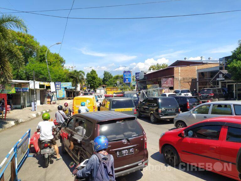 Imbas Penutupan di Kedawung, Terjadi Penumpukan Kendaraan