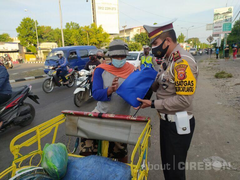 Satlantas Polres Cirebon Kota Bagikan Sembako di Tengah Penutupan Jalan