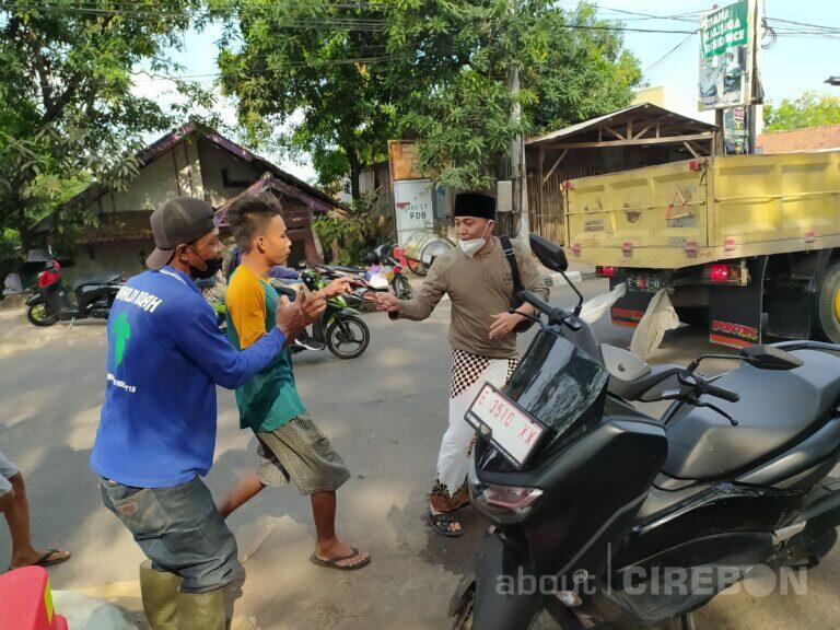 YouTuber Asal Cirebon, Ustadz Ujang Busthomi Bagi-bagi Uang di Jalan
