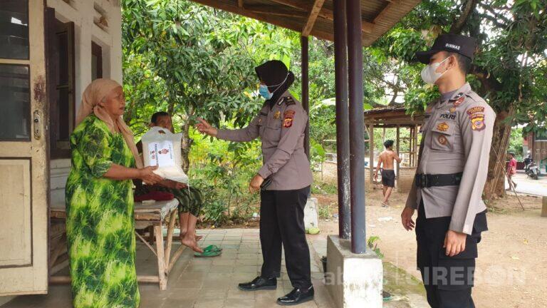 Rutin, Polresta Cirebon Berikan Sembako ke Warga Terdampak PPKM Darurat