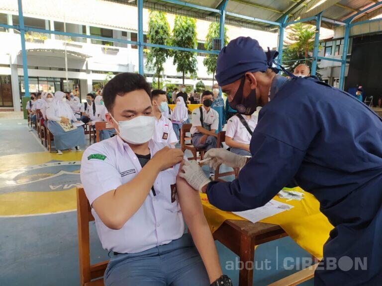 Siswa SMAN 1 Cirebon Terima Vaksin Covid-19, Mulai Senin Siap Pembelajaran Tatap Muka