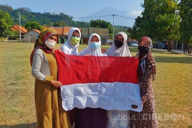 Jelang Hari Kemerdekaan, Komunitas Rajut Isun Membuat Bendera Merah Putih yang Menarik