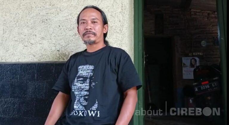 Inilah Pria Viral Turun ke Selokan Demi Kaos Saat Kunjungan Jokowi ke Cirebon