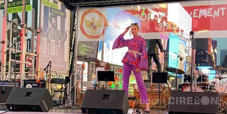 Wow, Fashion Show Batik Mega Mendung di New York Disambut Antusias