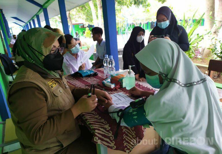 576 Siswa SMAN 1 Suranenggala Kabupaten Cirebon Jalani Vaksinasi