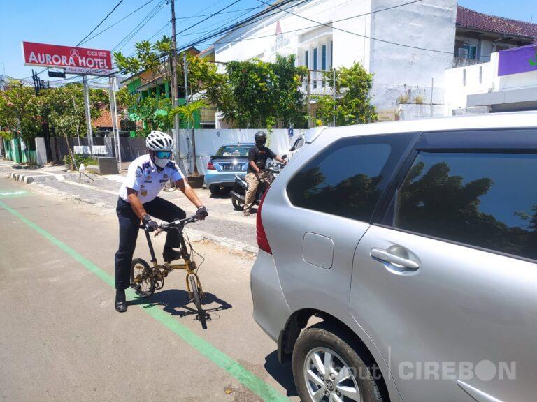 Saat Uji Coba di Jalan Siliwangi Kota Cirebon, Petugas Masih Menemukan Kendaraan Parkir di Jalur Sepeda