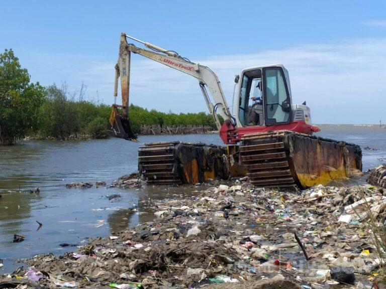 Nelayan Keluhkan Hasil Tangkapan, Tumpukan Sampah di Bibir Pantai Kesenden Cirebon Langsung Dikeruk