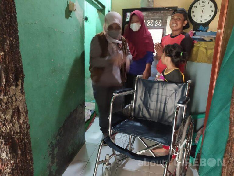 Sampaikan Aspirasi, Warga Cucimanah Kota Cirebon Dapat Bantuan Kursi Roda dan Tongkat