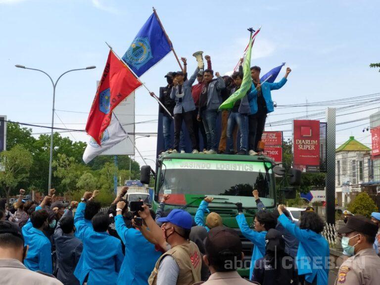 Aliansi Mahasiswa UGJ Gelar Unjuk Rasa di Jalan Bypass Kota Cirebon